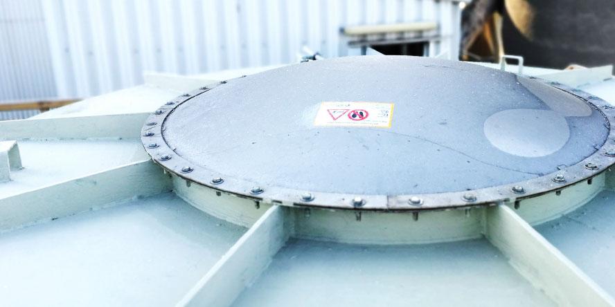 Fot. 5. Diverter zabudowany certyfikowanym panelem odciążającym z czujnikiem otwarcia, zabezpieczający rurociąg transportujący pył węglowy pionowo w dół z młyna do filtra.